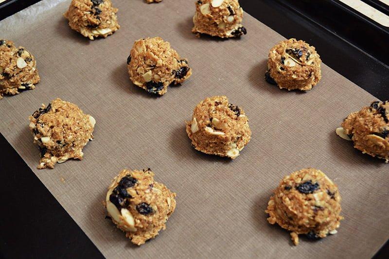 almond and raisin oatmeal cookies scoop batter