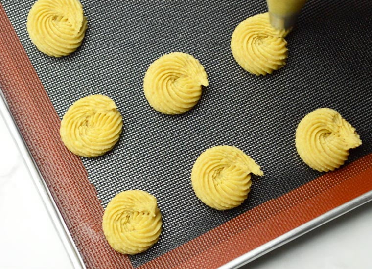 piping butter cookies with french star piping tip