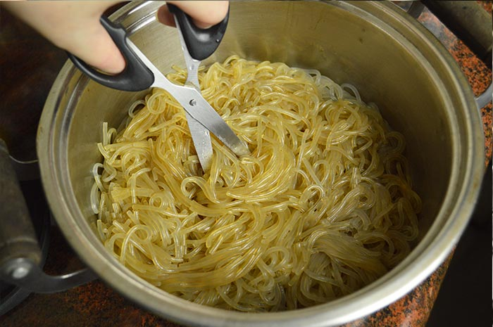 cutting boiled sweet potato starch noodles